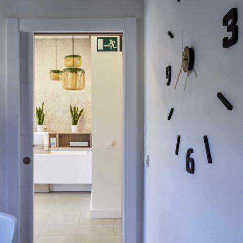 Detalle-puerta-y-recepción-683x1024