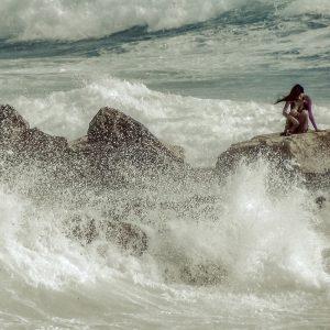 Mujer entre olas